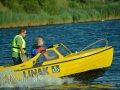 gelbes Motorboot rast vorbei