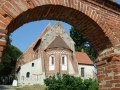 Kirche von Altenkirchen durch Torbogen